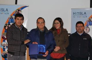 El Sr. Bernardo González recibe su reconocimiento como Mejor Compañero 2017.